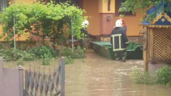 Через паводки на Прикарпатті і Буковині запровадили надзвичайні заходи безпеки