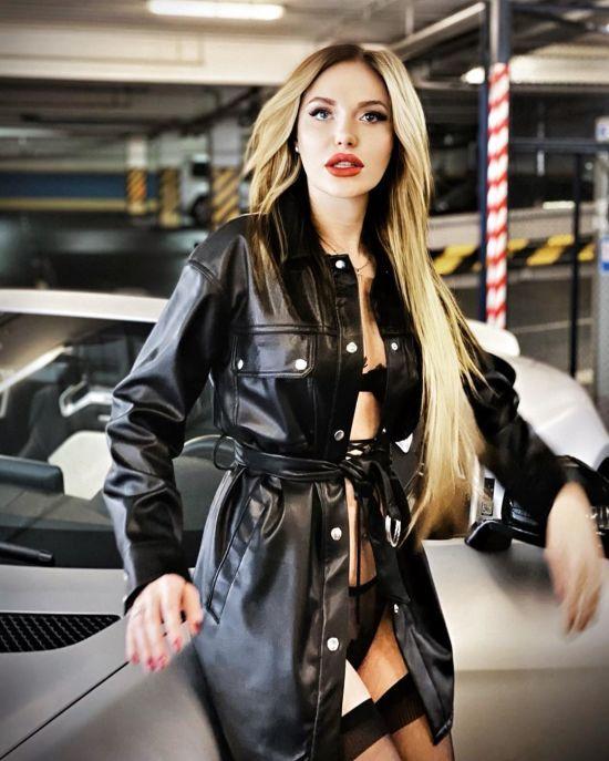 Млосна Слава Камінська у сукні-сіточці показала апетитну фігуру