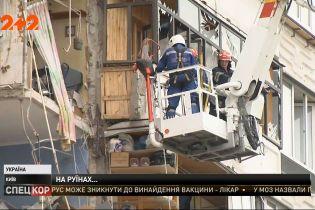 У Києві на місці обвалу багатоповерхівки цілодобово працюють рятувальники