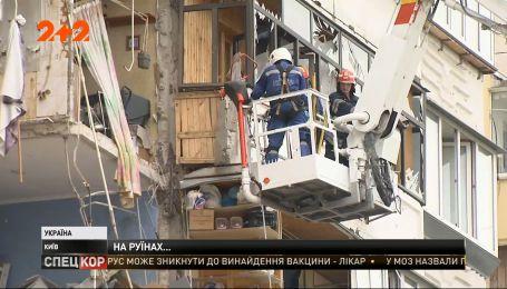 В Киеве на месте обвала многоэтажки круглосуточно работают спасатели