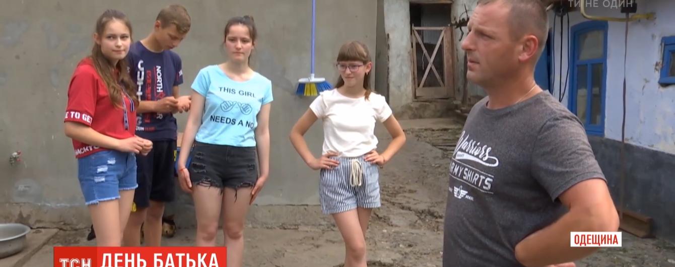 """Гордо называет себя """"самым счастливым отцом"""": украинец удачно совмещает работу и воспитание четверых детей"""