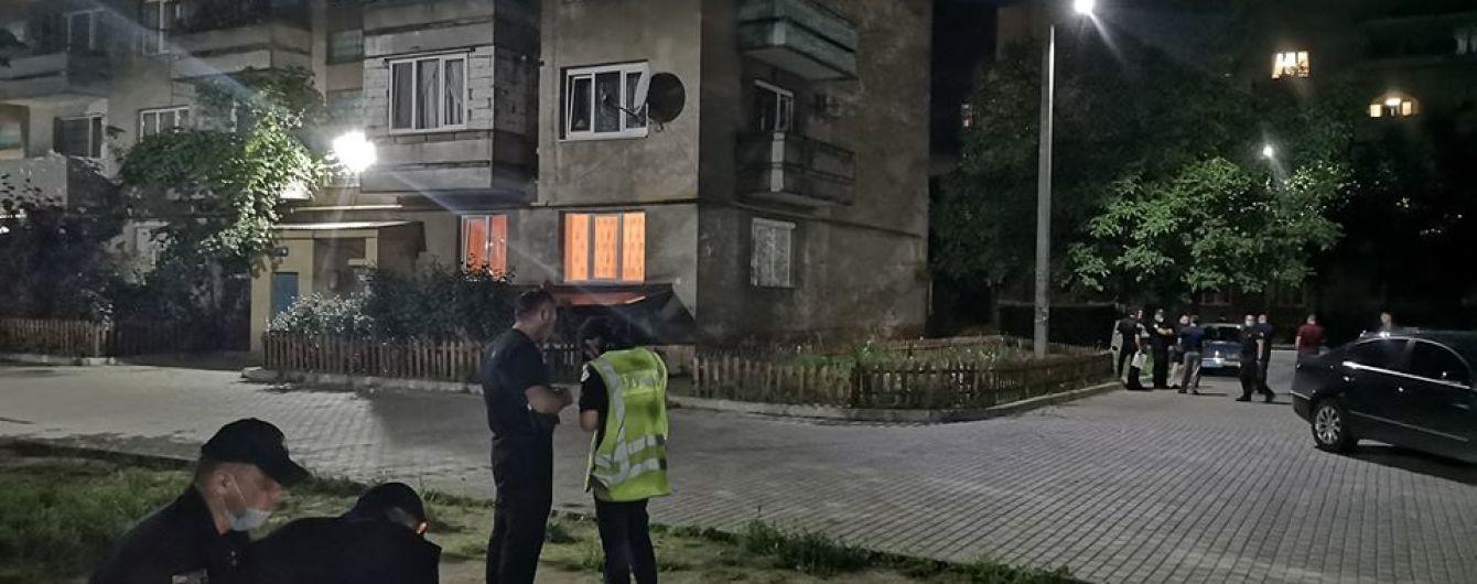 В Мукачево стреляли из автоматов возле жилого дома