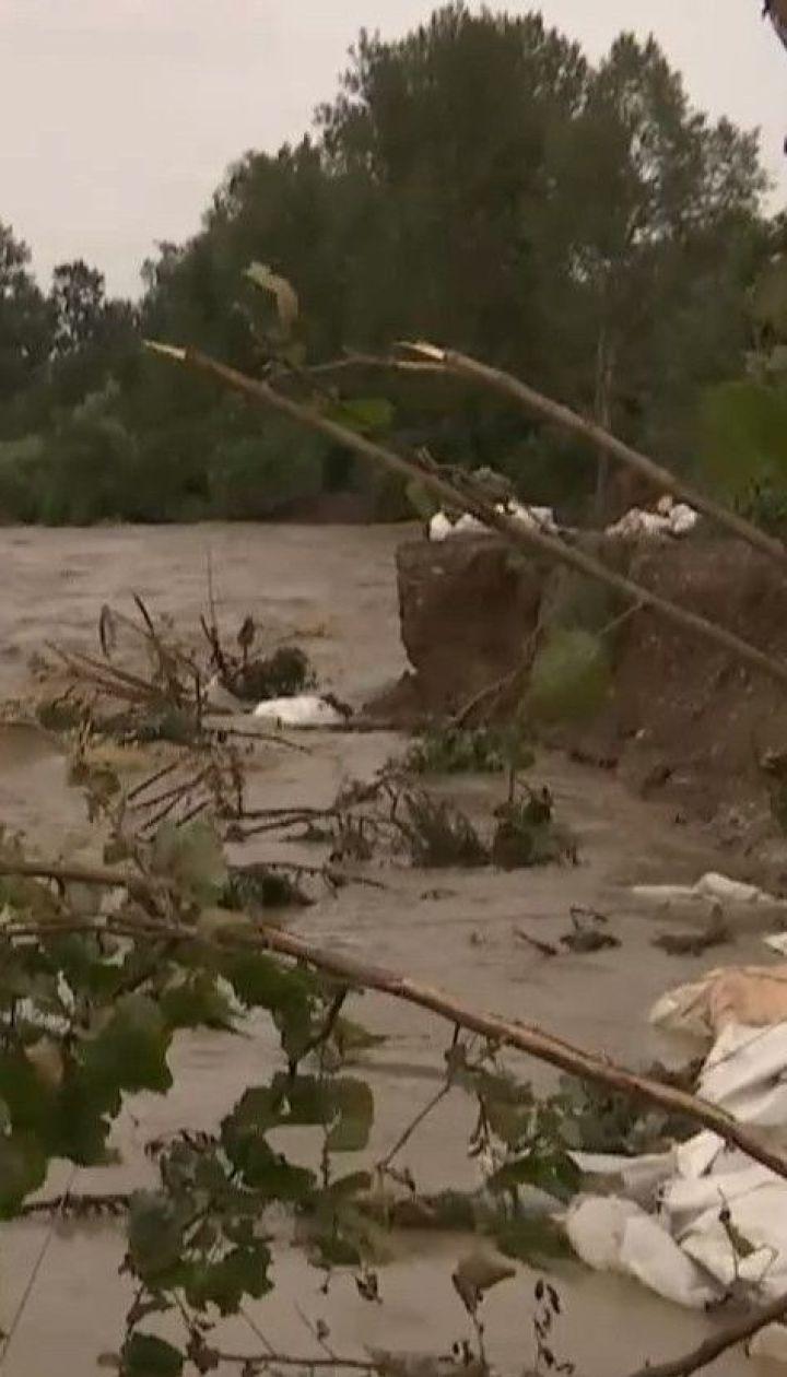 Удар стихії: селяни у Карпатах рятують свої обійстя від великої води