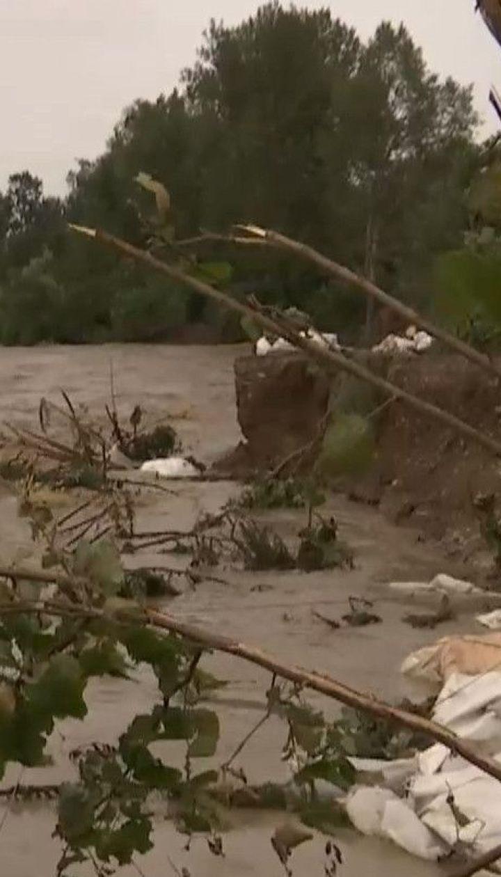 Удар стихии: селяне в Карпатах спасают свои дворы от большой воды