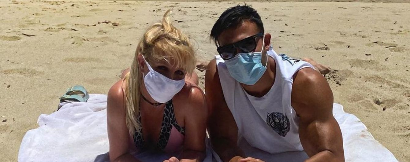 В леопардовом бикини и в маске: Бритни Спирс с бойфрендом отдохнула на пляже
