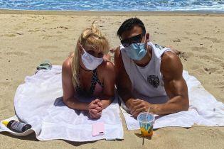 Бритни Спирс с молодым бойфрендом в масках сходили на пляж