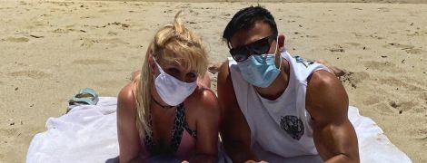 Брітні Спірс у мінішортах вирушила з бойфрендом на велопрогулянку пляжем