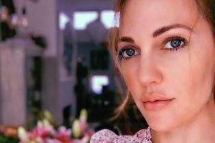 Легкий макияж и платье с цветочным принтом: Мерьем Узерли показала домашний лук