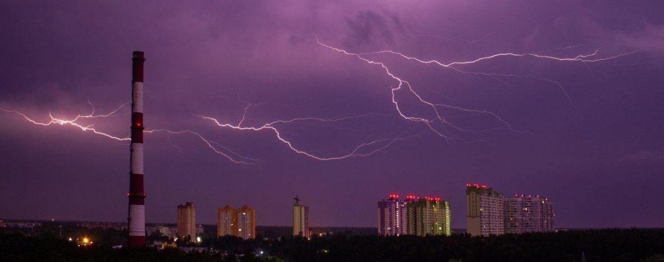 """Град, шквали та сильні зливи: синоптики попередили про погіршення погоди та """"червоний"""" рівень небезпеки"""