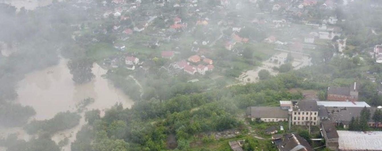 Повінь на Буковині: вода змила укріпні споруди і наближається до Чернівців