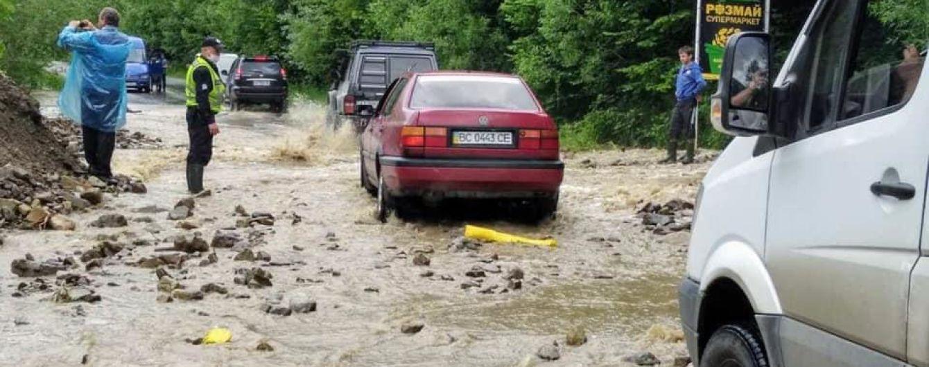 В Ивано-Франковской области из-за разлива рек ограничили движение на двух дорогах государственного значения