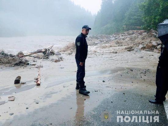 Повінь на Прикарпатті: через зливи підйом води у Дністрі може сягнути трьох метрів