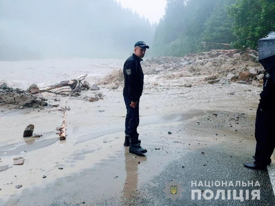 У Івано-Франківській області розмило дороги