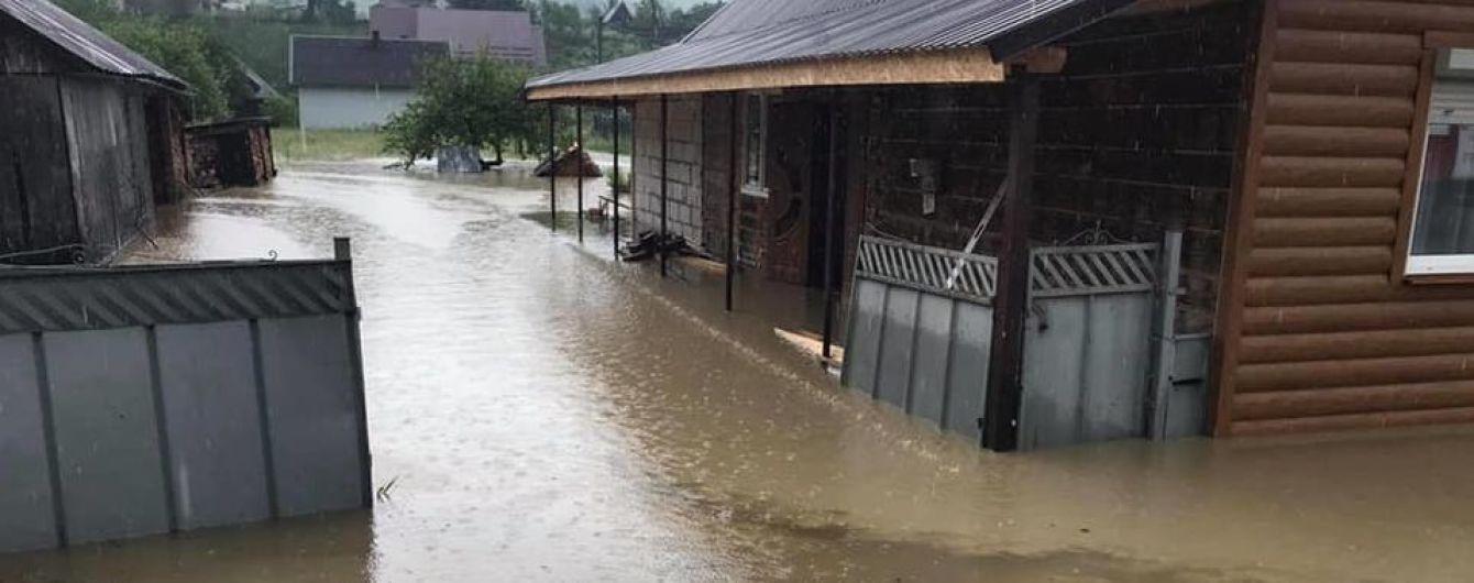 Повінь у Закарпатській області: внаслідок сильних опадів підтоплено двори і погреби