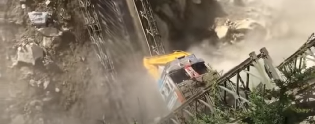 У Мережі з'явилося моторошне відео з обвалом мосту, на якому вантажівка перевозила ескаватор