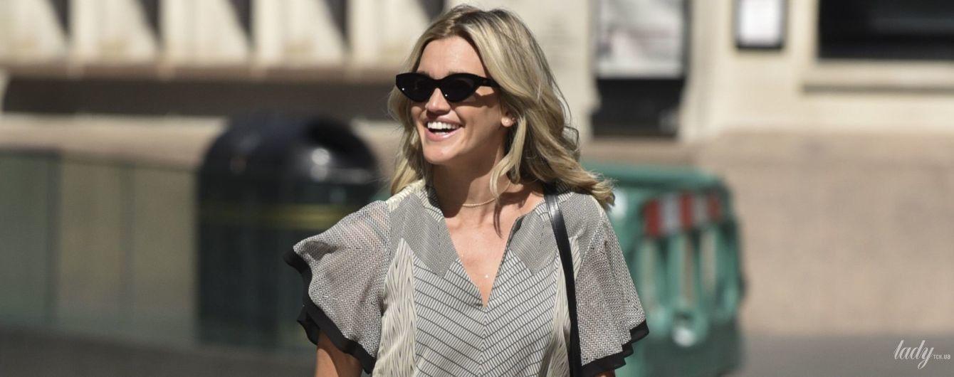 В шифоновій сукні з геометричним принтом: Ешлі Робертс продемонструвала грайливий образ