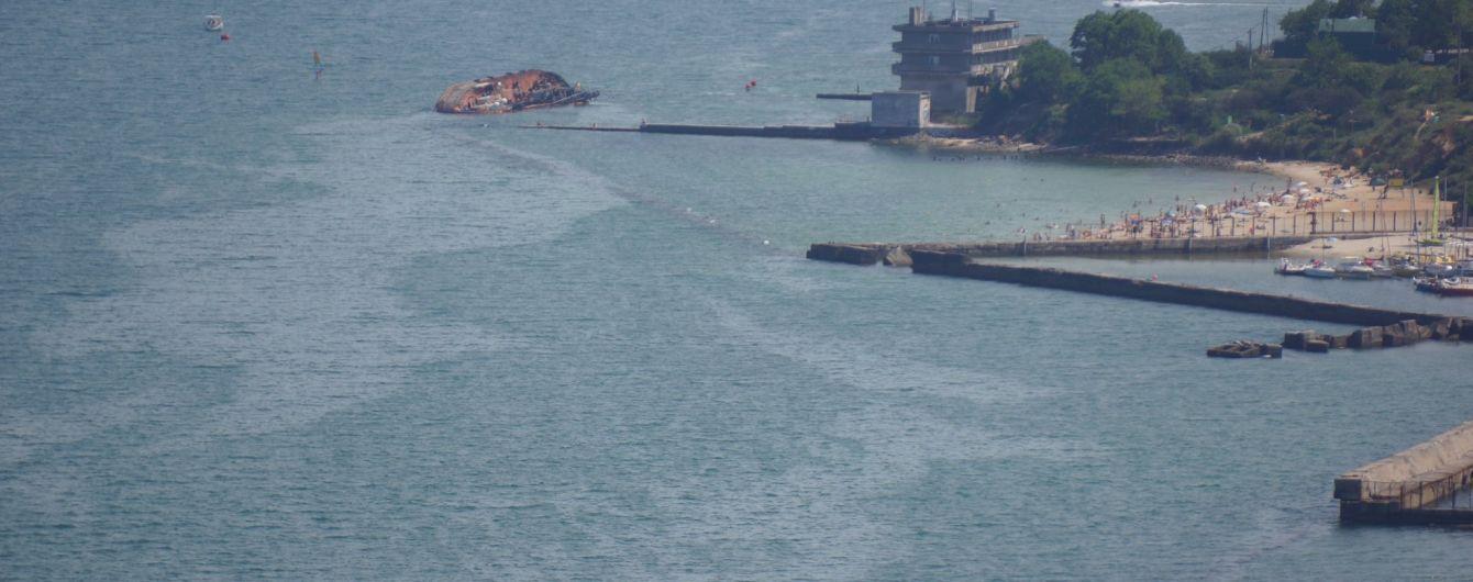 """В Одессе с танкера """"Делфи"""" снова вытекает топливо: пятно нефтепродуктов достигло соседних пляжей"""