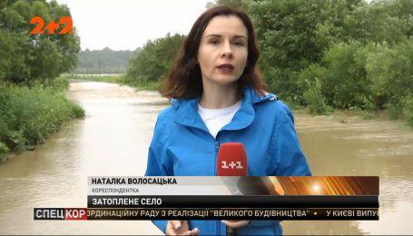 На Львівщині річка, що вийшла з берегів, затопила пів села