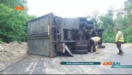 На трассе под Киевом многотонная фура завалилась на бок и заблокировала в кабине водителя