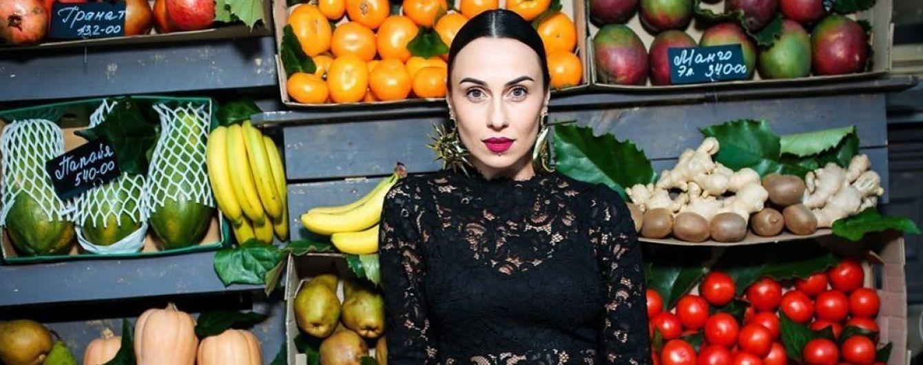 Гибкая DJ NANA в облегающем комбинезоне похвасталась идеальным поперечным шпагатом
