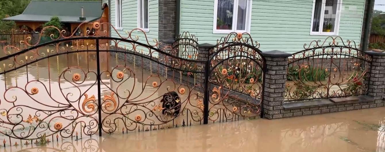 Західна Україна страждає від руйнівних паводків: вода затопила двори й заблокувала дороги до сіл