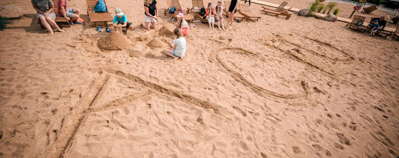 Центр Вільнюса засипали піском і відкрили там пляж: море будуть показувати лише на екрані