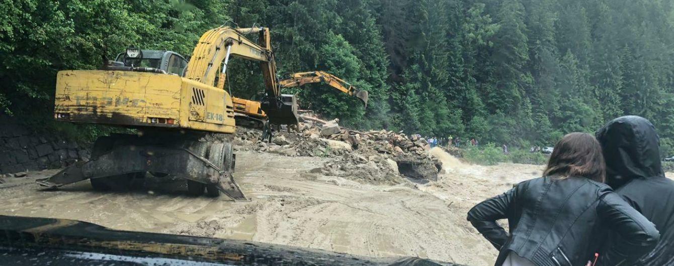 Захід України потерпає від руйнівних паводків: Шмигаль особисто вилетів на місце подій