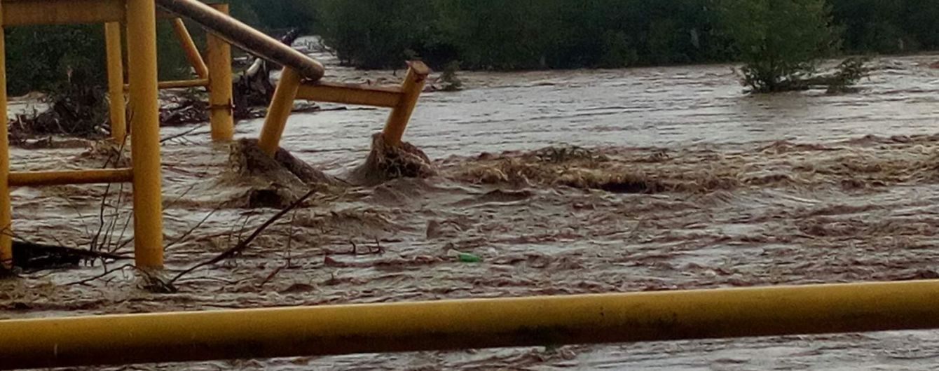 """""""Ночь будет долгой"""": на Буковине мощный паводок повредил газопровод и оставил без газа несколько сел"""