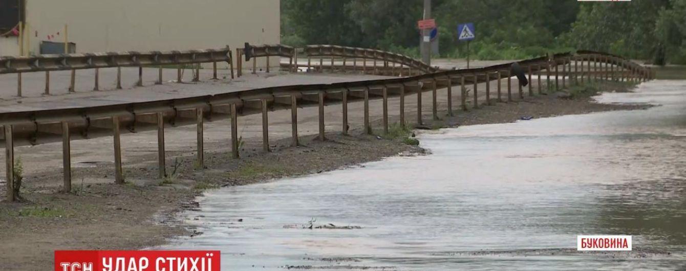 Река Прут на Буковине поднимается: вода дошла до Калиновского рынка