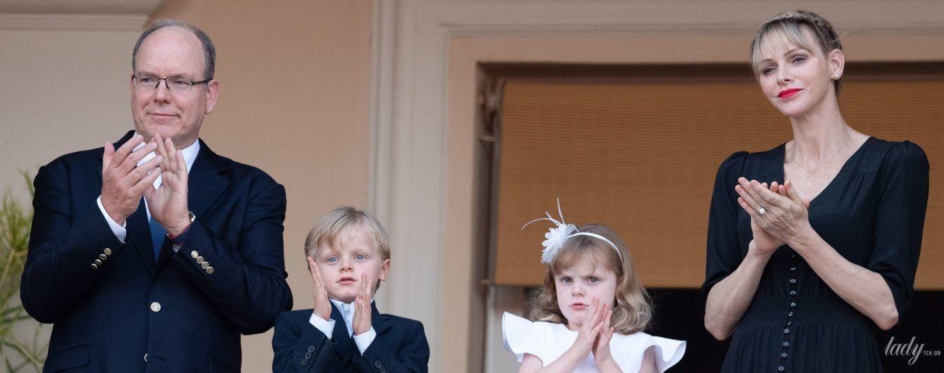Собрались все вместе: княгиня Шарлин и князь Альбер II с детьми на торжественной процессии в Монако