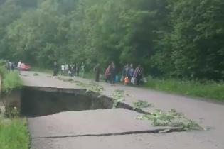На Закарпатті бурхлива вода знищила дорогу: з'явилося відео