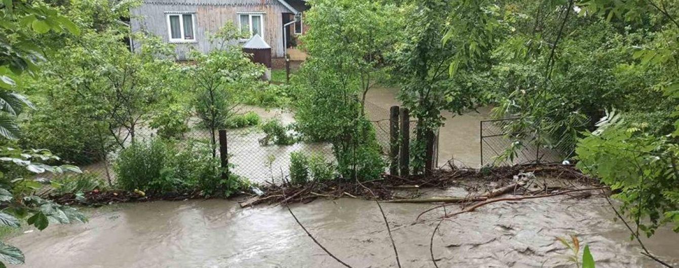 Вода в домах достигает окон: в Тернопольской области наводнение накрыло три села