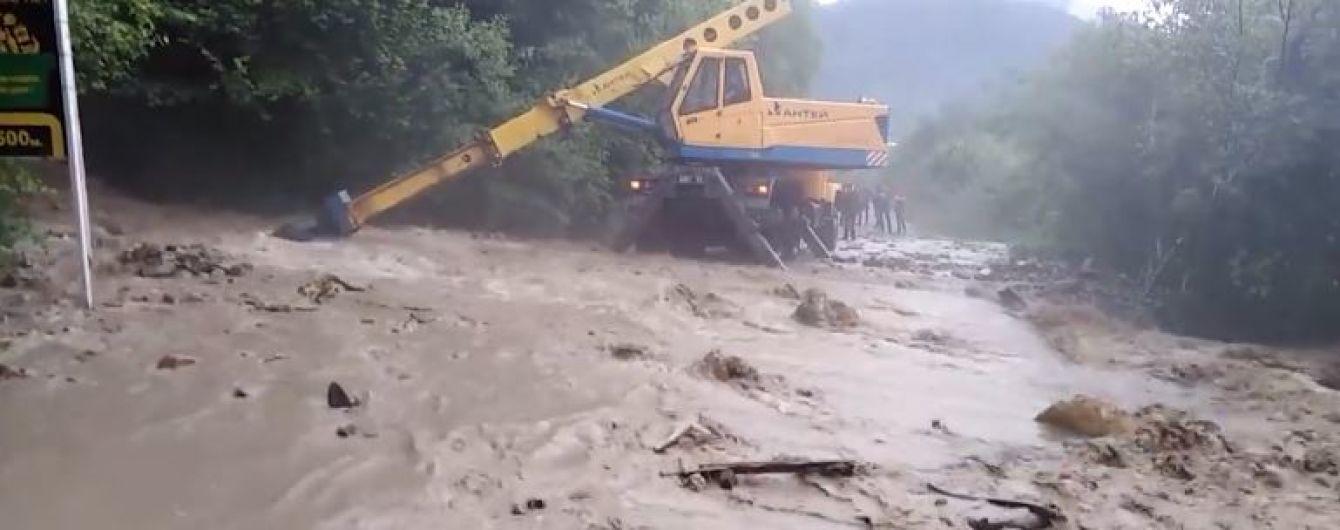 Из Верховины на Прикарпатье эвакуируют людей, строят берегоукрепления