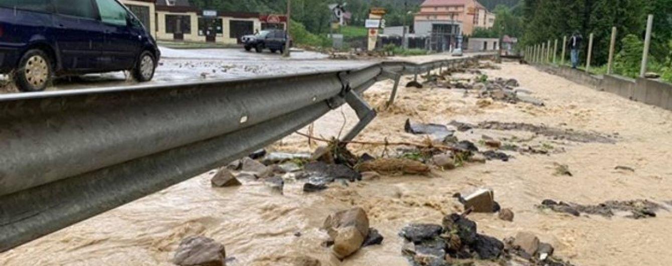 Наводнение в Буковеле: популярный курорт затопило, дорогу к нему смыло