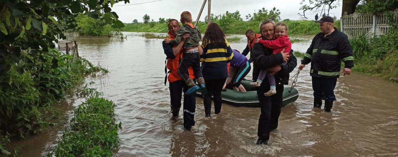 В Укргідрометцентрі назвали причини негоди на Західній Україні та розповіли, коли зливи вщухнуть
