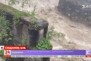 Західна Україна тоне: одразу декілька областей потерпають від потужних паводків