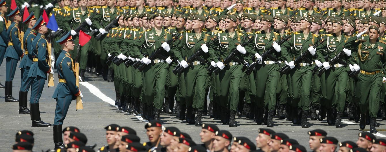 Попри антирекорди коронавірусу на парад у Москві стягнули 14 тисяч військових