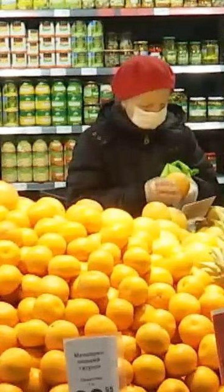 Українці майже половину доходів витрачають на їжу