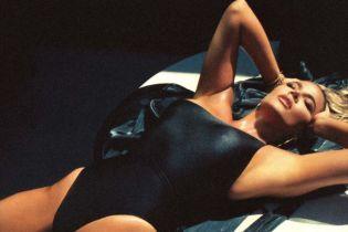 Горячая штучка: Хлое Кардашьян подчеркнула формы черным купальником