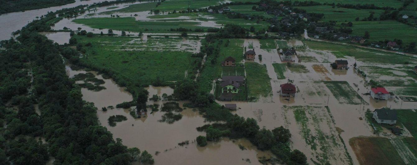 Утопает село на Прикарпатье: жители оказались заблокированными в собственных домах