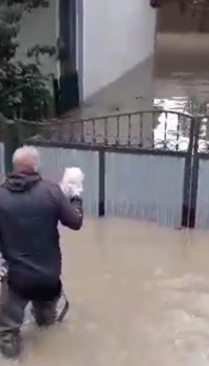 Повінь на Закарпатті: сусіди привозять заблокованим у підтоплених хатах стареньким хліб