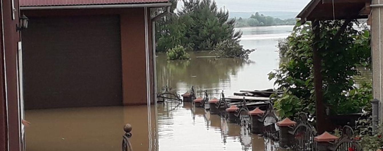 Повені на Заході України: відео затоплених селищ, візит урядовців та ймовірна причина трагедії