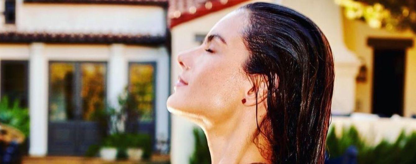 Знову в басейні: сексуальна Алессандра Амбросіо підкреслила груди бірюзовим купальником