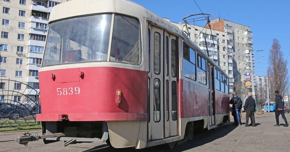 Убрали авто и поехали дальше: в Запорожье пассажиры расчищали путь трамваю (видео)