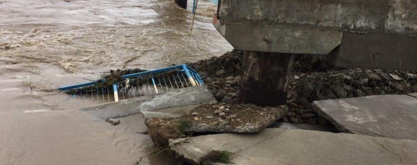 На Прикарпатті змило міст, який будували сім років після минулої повені