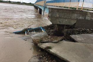 На Прикарпатье смыло мост, который строили семь лет после прошлого наводнения