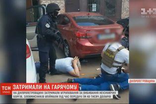 Працівника поліції та депутата райради затримали за вибивання боргів, яких не існувало