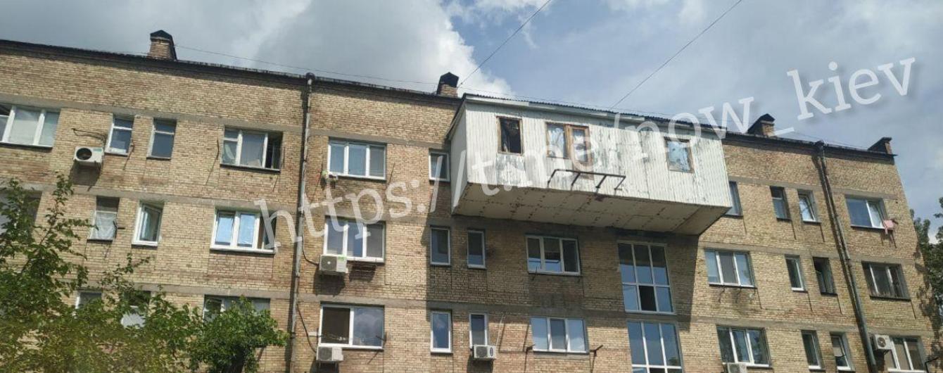 """У Києві виявили """"цар-балкон"""", який може обвалитися людям на голови"""
