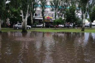 Автомобили поплыли по улицам Николаева: появилось видео
