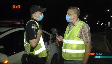 В Києві водій на небезпечній дорозі влетів у стовп